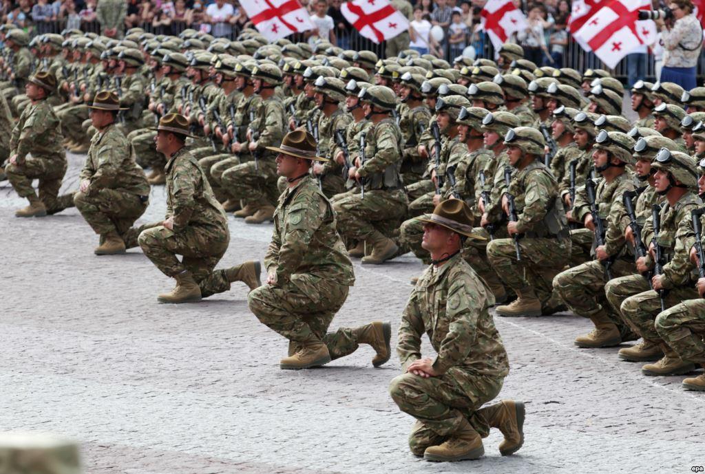 На главной площади Грузии началась церемония принятия военной присяги