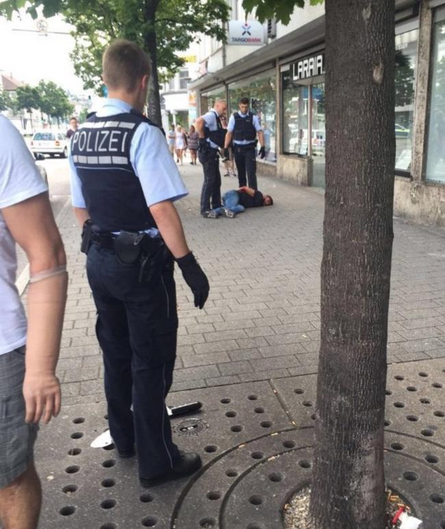В Германии неизвестный зарубил мачете женщину и ранил еще двух человек