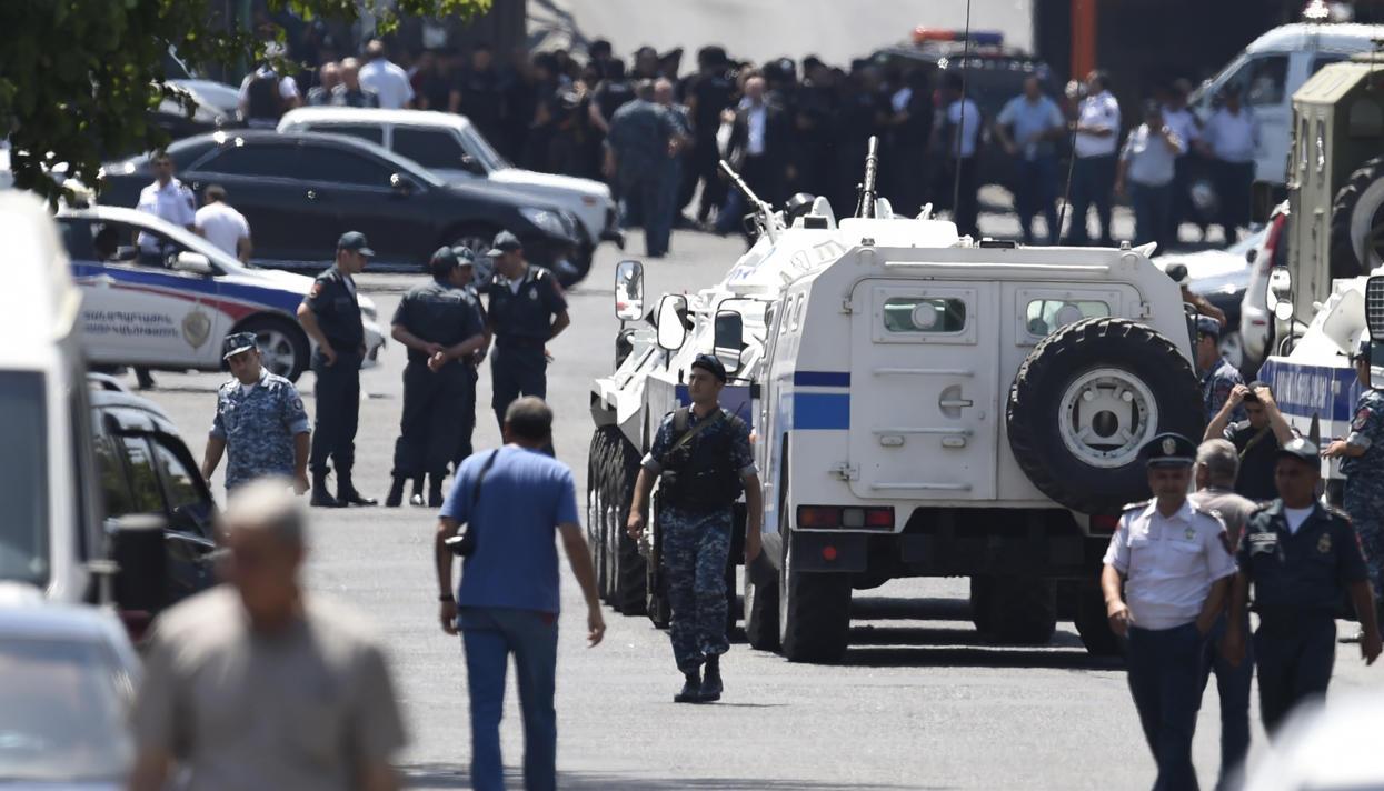 Полиции удалось освободить еще одного заложника из захваченного здания в Ереване
