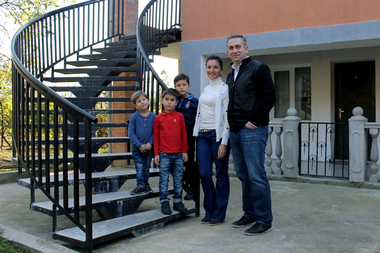 Заза Тавадзе с семьей на фоне родительского дома в Зестафони
