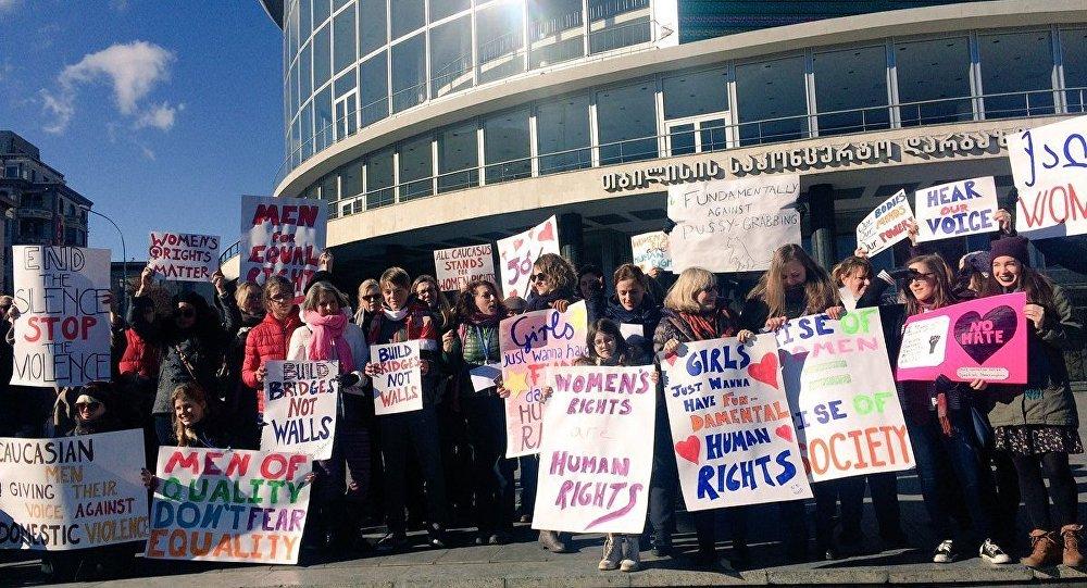 В Тбилиси прошла акция солидарности с женским маршем против Трампа