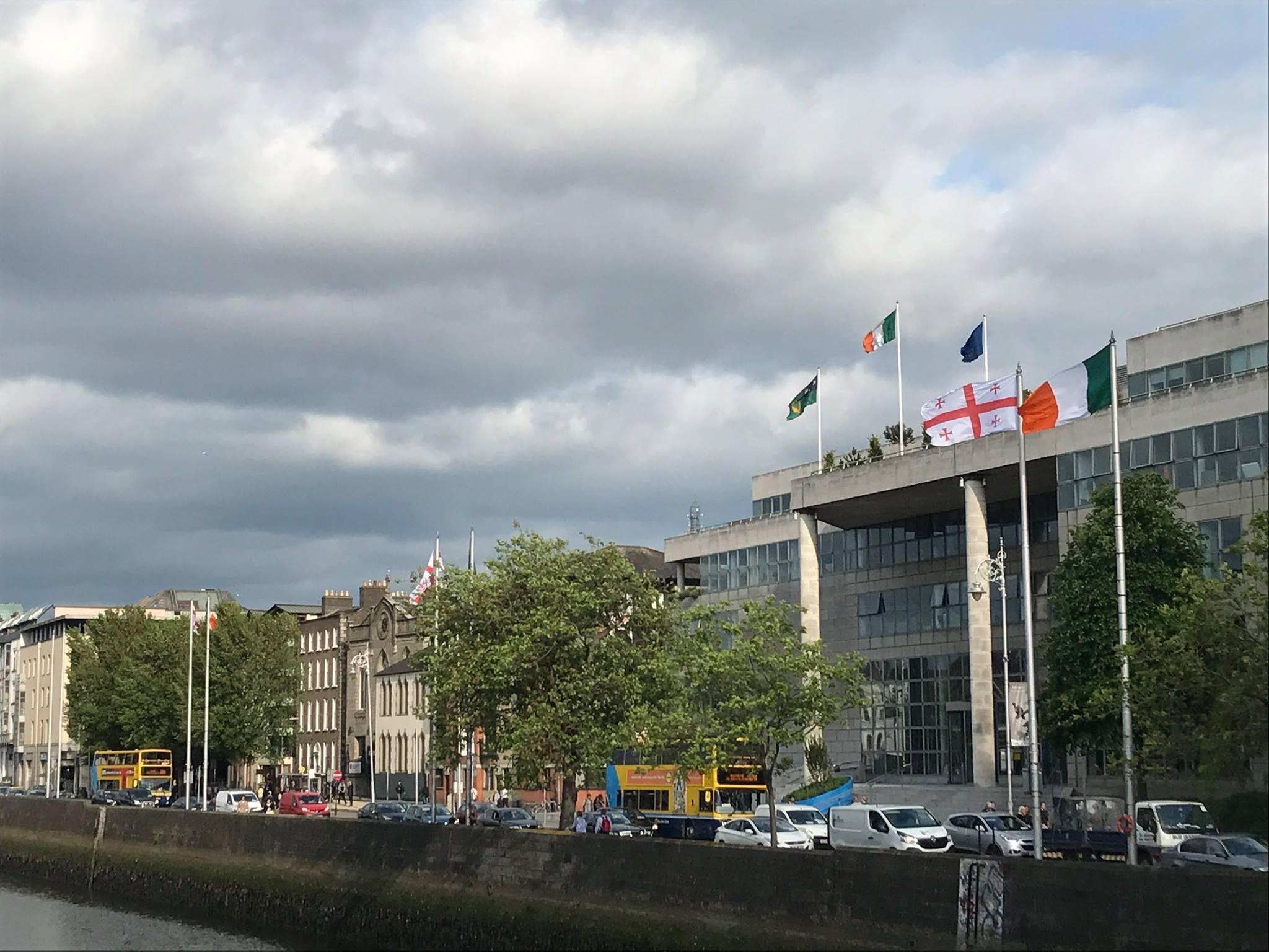 Центр столицы Ирландии украшен флагами Грузии