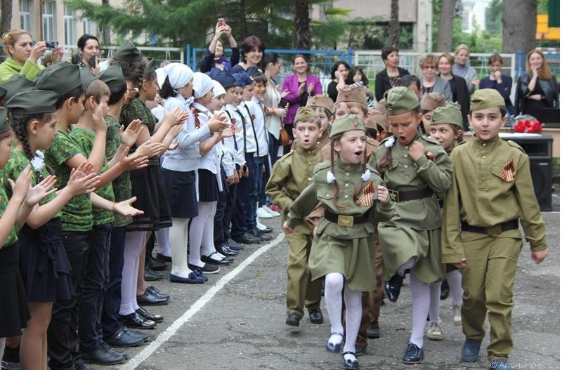Линейка в сухумской школе: советская форма и георгиевская лента