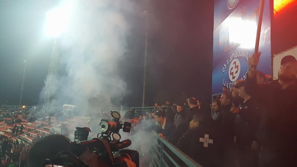 """Члены """"Грузинского марша"""" сожгли флаг ЛГБТ на стадионе"""