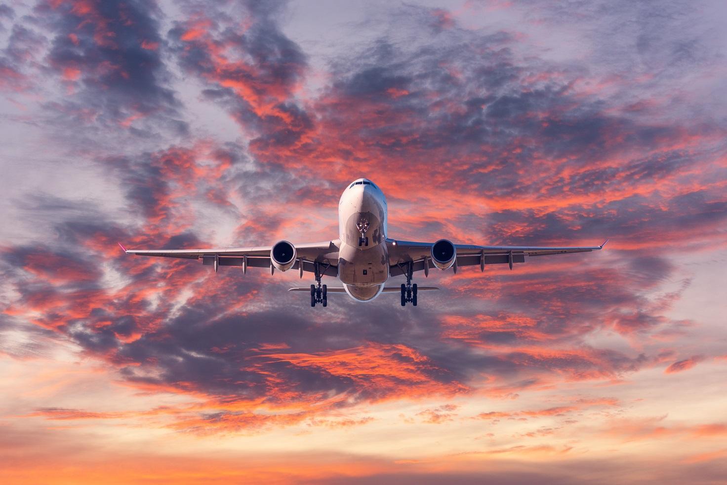 landing passenger airplane at colorful sunset MRSHV6Q #новости авиасообщение