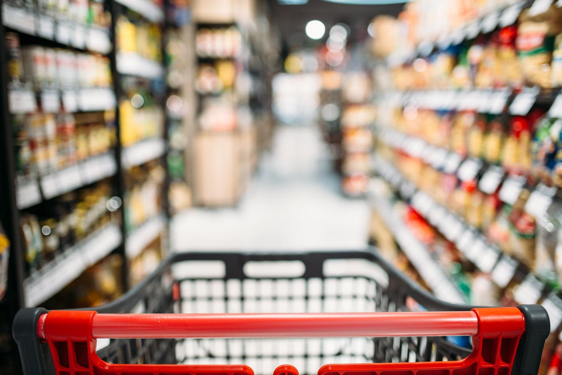 shopping cart between shelves in food store F6AM7GN #новости инфляция, статистика, экономика