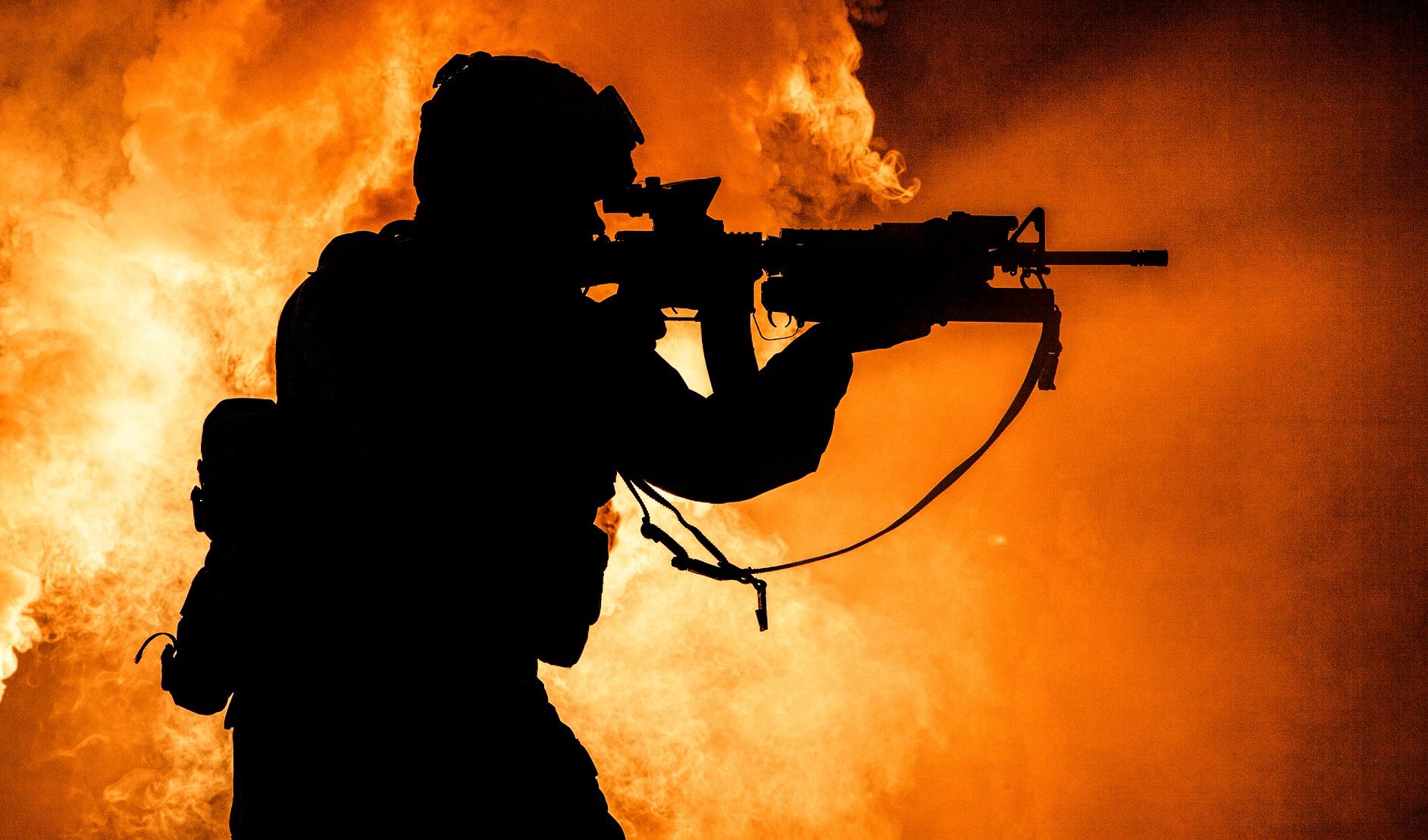 soldiers silhouette on background of fire explosio M5P3NKE Ливия Ливия