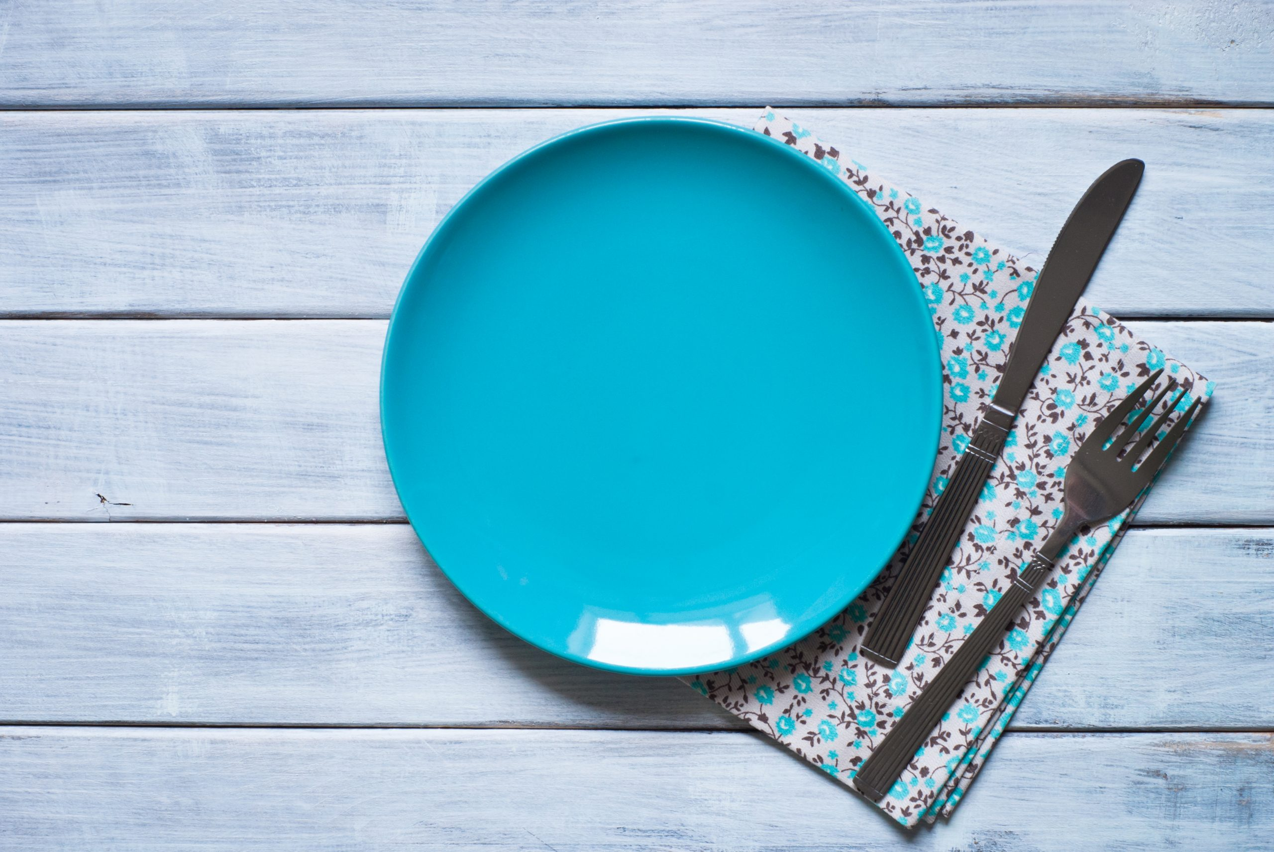 empty blue plate at wooden table 694LFJR scaled пандемия пандемия