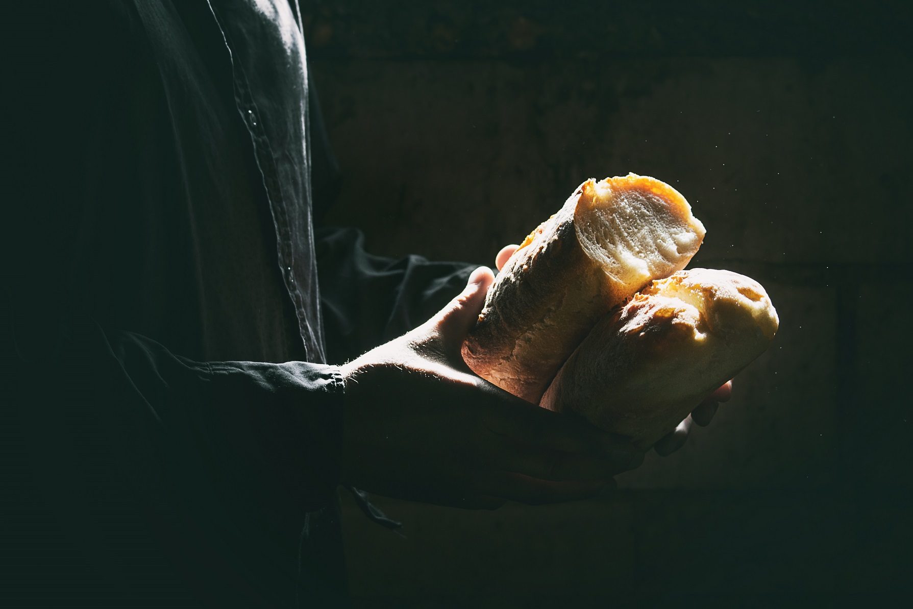 fresh baked bread in hands PSKTW9J #новости бедность, уровень жизни