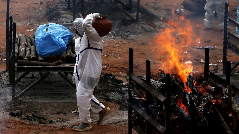 118430605 india cremation Новости BBC Covid-19, индия, коронавирус