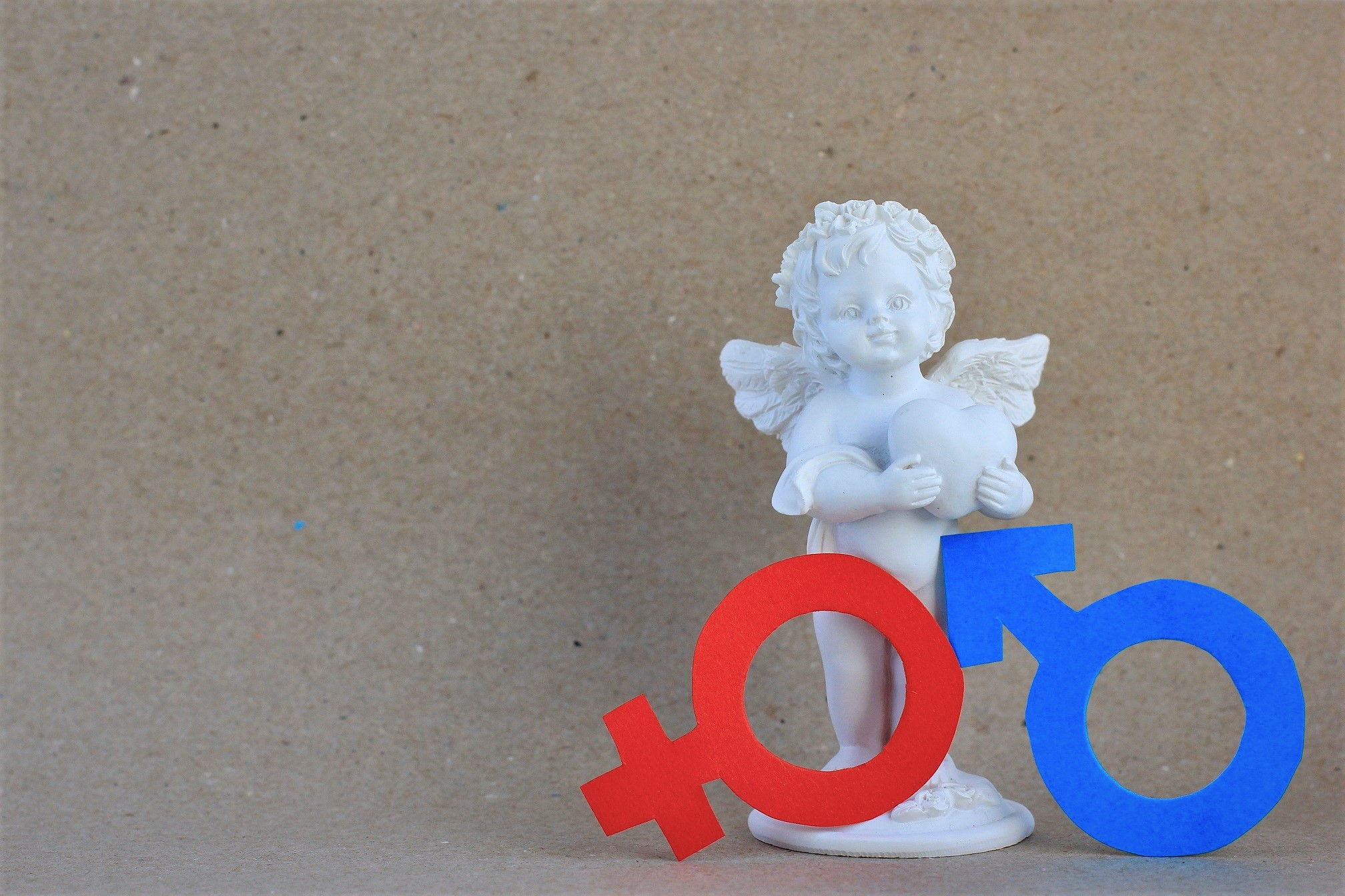 figurine of angel with red female and blue male pa YFC4T7H Другая SOVA featured, половое воспитание, ранние браки