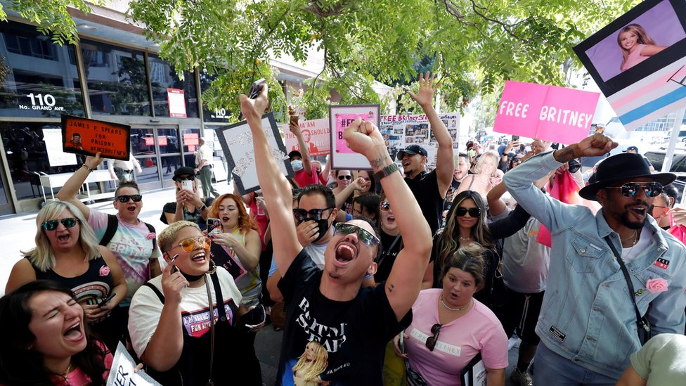 Акция протеста фанов Бритни Спирс около суда в Лос-Анджелесе